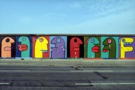 """Mural """"Eierköpfe"""" von Thierry Noir"""