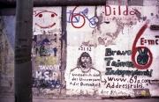 """Graffito """"Unendlich sind das Universum und die Dummheit des Menschen""""."""