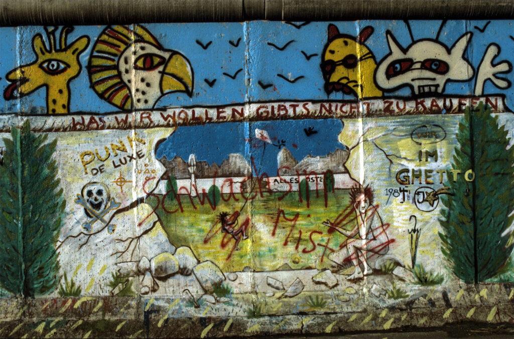 """Graffito """"Was wir wollen gibt es nicht zu kaufen!"""" an der Berliner Mauer im Bereich Waldemarstraße in Ostberlin-Mitte zum West-Berliner Stadtbezirk Kreuzberg"""
